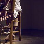 Una MILF en apuros: Átame con cuerda de tender