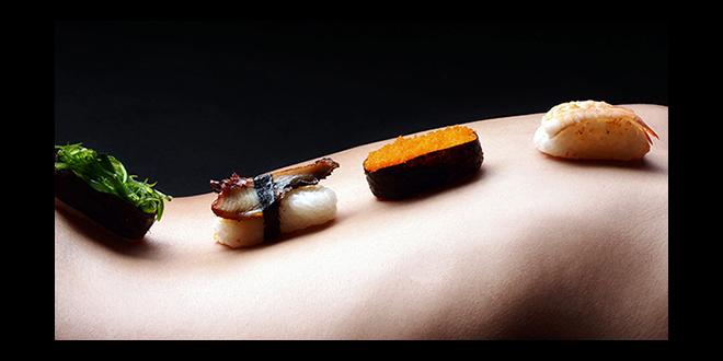 Manger sur un corps nu