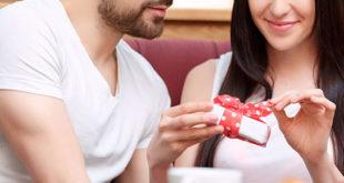 6 Idées de Cadeaux Coquins Pour une Fête des Mères Qui Lui Va Bien
