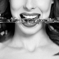 5 Positions Sexuelles Avec Menottes Pour Renforcer les Liens du Couple