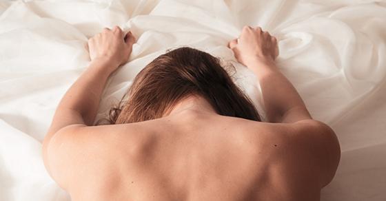10 Positions Pour se Consoler Quand On a une Chambre à Deux Lits Simples !